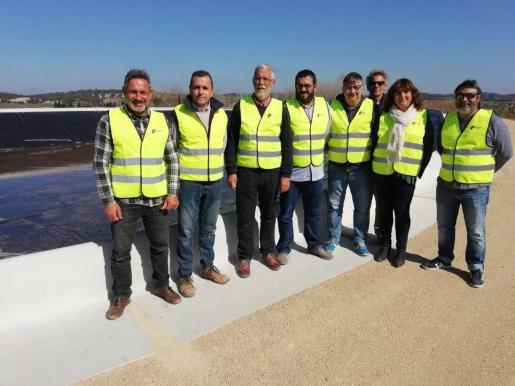 El conseller de Agricultura, Vicenç Vidal, junto a la alcaldesa de Algaida y el alcalde de Montuïri, entre otros durante la inauguración e la nueva balsa para el regadío.