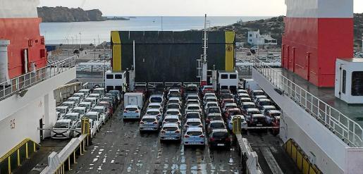 Cada año por estas fechas llegan a los puertos de Palma, Alcúdia, Máo, Eivissa y La Savina los coches comprados a fabricantes y concesionarios por parte de las empresas de 'rent a car'.