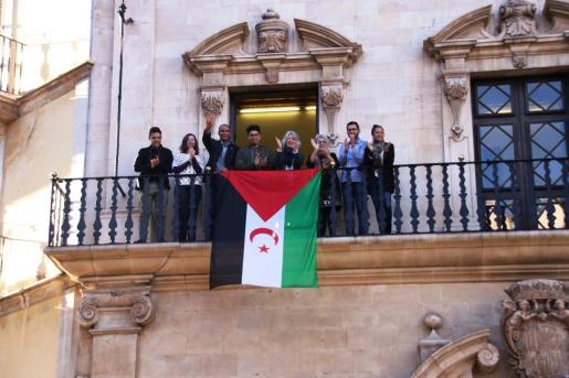 La bandera saharaui, en el balcón de Cort.
