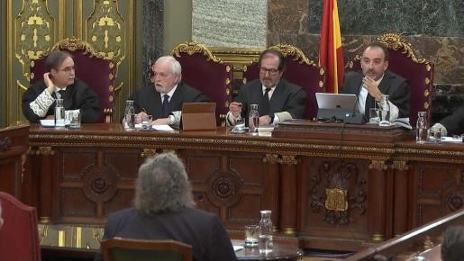 Imagen de la señal institucional del Tribunal Supremo, de los miembros del tribunal, durante la declaración como testigo del diputado de ERC Joan Tardá.