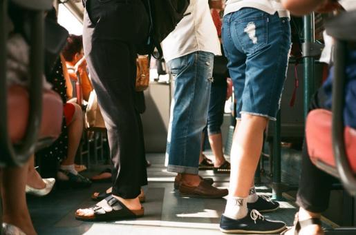 Imagen de recurso de pasajeros en un autobús.