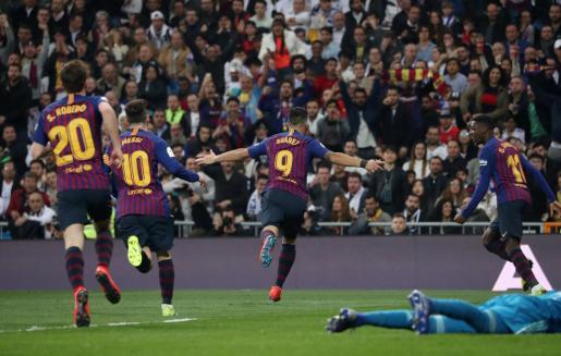Luis Suárez celebra el primer gol del Bercelona en el Santiago Bernabéu.