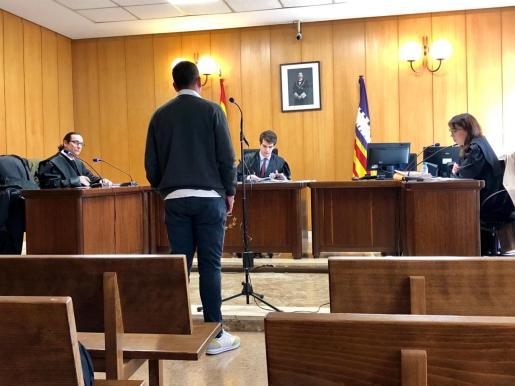 El acusado en una sala del Juzgado de lo Penal 3 de Palma.