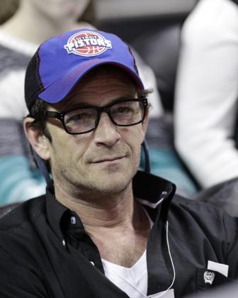 """DET20. AUBURN HILLS (MI, EE.UU.), 28/02/2019.- Fotografía de archivo fechada el 29 de marzo de 2013, que muestra al actor estadounidense Luke Perry mientras asiste a un juego de la NBA entre los Pistons y los Raptors, en Auburn Hills, Michigan (EE.UU.). Perry, de 52 años y conocido por la serie """"Beverly Hills, 90210"""", se encuentra hospitalizado tras haber sufrido un ataque al corazón, informó este jueves, 28 de febrero de 2019, el portal TMZ, especializado en información sobre famosos. EFE/JEFF KOWALSKY/PRO"""