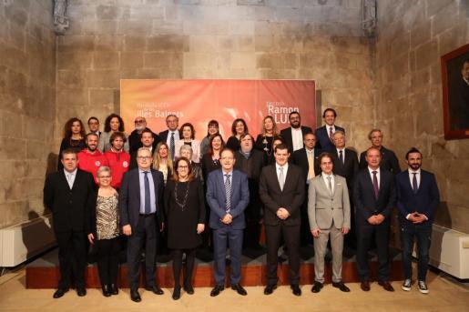 Todos los galardonados con la presidenta Armengol, los consellers, el presidente del Parlament otras autoridades.