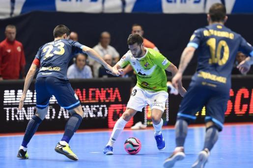 Bruno Taffy intenta superar a Ortiz.