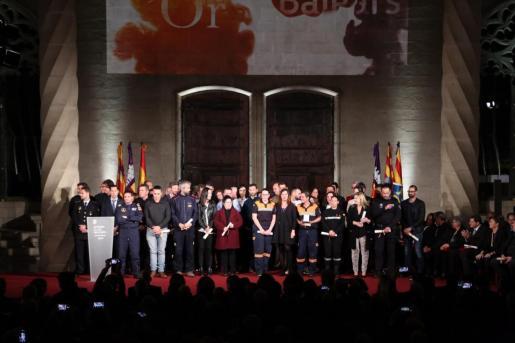 La presidenta Armengol durante la entrega de la Medalla d'Or 2019 a Moviment de Solidaritat mobilizado en el Llevant de Mallorca. Recogieron el galardón un grupo de 48 personas, representantes de diferentes organismos, cuerpos de policía, de seguridad, de emergencias, entidades diversas, empresas y voluntaros.