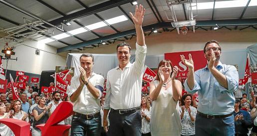 Pedro Sánchez, con Francina Armengol, en un mitin del PSOE. El CIS dice que ganarán.
