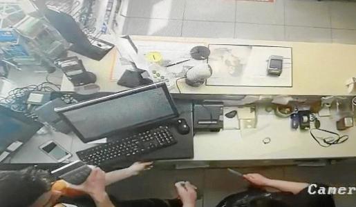 Momento en el que al asaltante amenaza con un cuchillo al empleado en la gasolinera de Manacor.