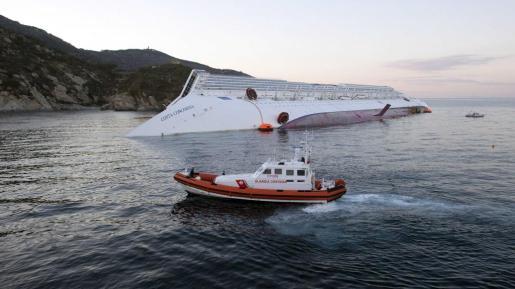 Una lancha de la guardia costera de la Toscana, ante el Costa Concordia semihundido.
