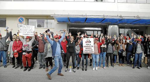 Los trabajadores se concentraron este jueves para reivindicar sus derechos.