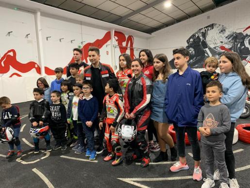 Jorge Lorenzo posa junto a los alumnos del 'Lorenzo Indoor Madrid'.