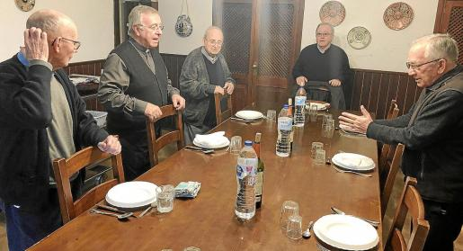 El obispo Sebastià Taltavull, junto a los Germans dels Sagrats Cors, esta semana durante su visita al Santuario.