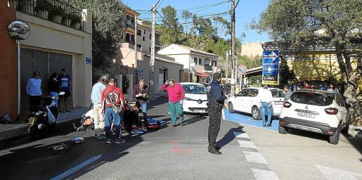 Los servicios sanitarios atienden a la motorista herida, ayer en la calle Pere Seriol de Andratx.