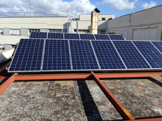 Imagen de las placas solares instaladas sobre una estructura de aluminio que permitirá regular su inclinación.