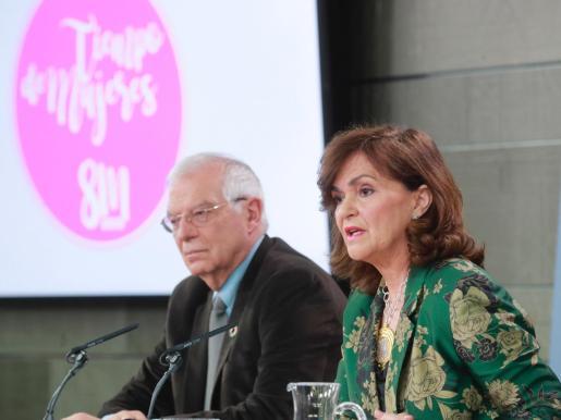 La vicepresidenta del Gobierno, Carmen Calvo, y el ministro de Asuntos Exteriores, Josep Borrell, durante la rueda de prensa tras la reunión del último Consejo de Ministros.