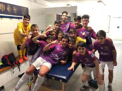 Los infantiles del Palma Futsal celebran su clasificación en el vestuario.