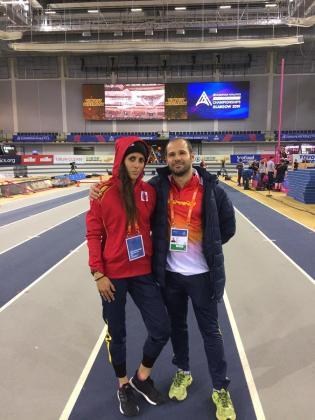 Caridad Jerez, junto a su entrenador, en la pista de Glasgow.