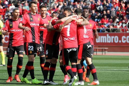 Los jugadores del Real Mallorca felicitan a Dani Rodríguez tras uno de sus dos goles ante el Lugo en Son Moix.