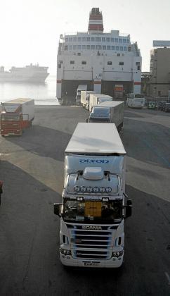 Las navieras Baleària y Trasmediterránea van a tener que reestructurar sus previsiones de superficie para mercancías en los buques que operan entre la Península y Balears, en concreto con el puerto de Palma.