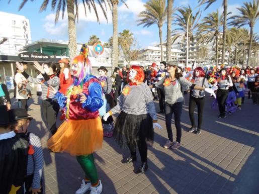 Toda la primera línea se vio muy animada durante uno de los desfiles más numerosos.