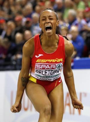 Ana Peleteiro celebra su victoria en el Europeo de triple salto.