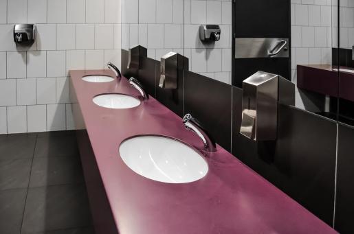 Una mujer le arranca parte de la oreja a otra en los baños de un bar.