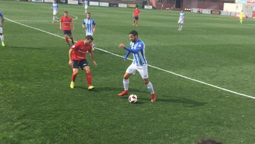 Imagen del jugador del Atlético Baleares Rubén en una acción de la segunda parte del partido ante el Olot.