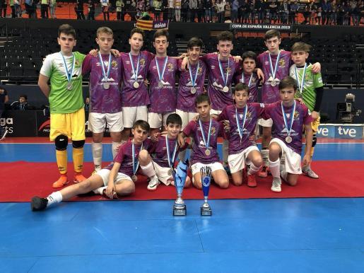 Los jugadores del infantil del Palma Futsal, con su trofeo y medallas.