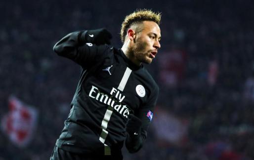 Neymar Jr. de PSG celebra tras anotar un gol durante un partido del grupo C de la Liga de Campeones de la UEFA entre el Estrella Roja de Belgrado y el Paris Saint-Germain.