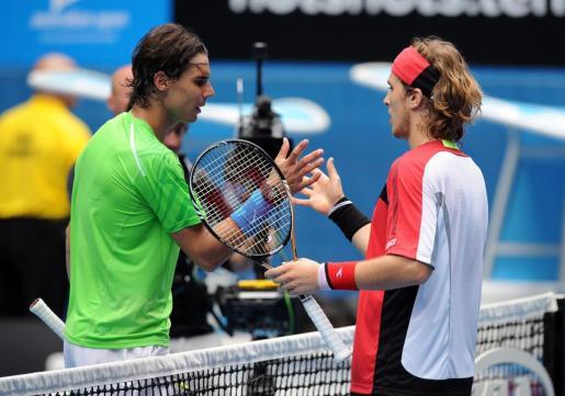 El tenista español Rafael Nadal (i) saluda al eslovaco Lukas Lacko (d).