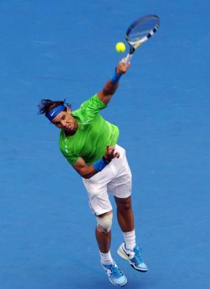 El tenista español Rafael Nadal devuelve la bola al eslovaco Lukas Lacko.