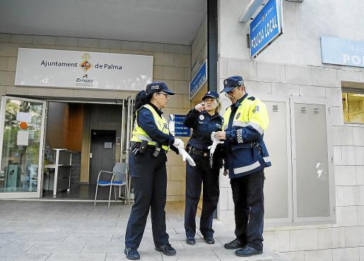 Policías locales, frente a la comisaría que se incendió en Son Gotleu.