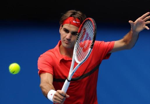 El suizo Roger Federer devuelve una bola al croata Ivo Karlovic .