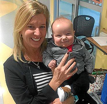 Una enfermera adopta a un bebé al que cuidó durante meses en la UCI