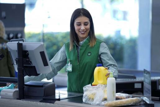 Mercadona invierte 29 millones en renovar los uniformes de sus trabajadores de tienda.