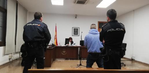 El hombre está acusado de un delito de lesiones y se solicita que indemnice a la víctima en 1.060 euros por las lesiones.