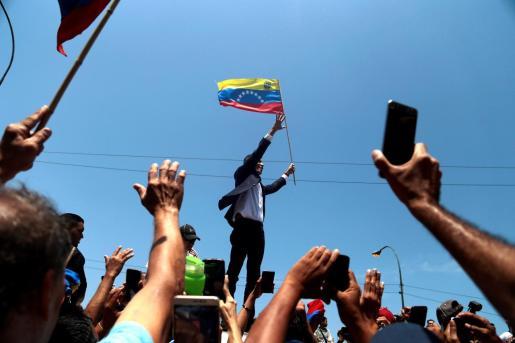 El jefe del Parlamento venezolano, Juan Guaidó saluda a su llegada, este lunes en la salida del Aeropuerto Internacional de Maiquetía Simón Bolívar (Venezuela).