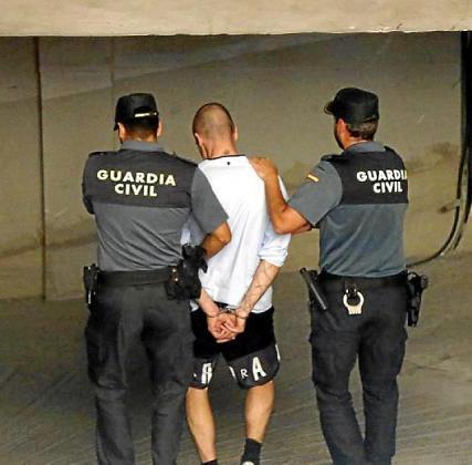 El acusado, poco después de ser detenido, al llegar a los juzgados de Manacor.