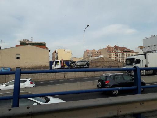 Uno de los coches implicado en el accidente, en el momento de ser retirado de la calzada.