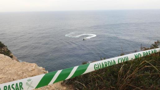 Imagen del cordón de la Guardia Civil, en el precipicio por el que se cayó el coche del joven.