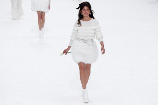 Penelope Cruz rinde tributo al fallecido diseñador Karl Lagerfeld mientras luce una creación de su última colección otoño/invierno 2019-2020 para Chanel, este martes, en la Semana de la Moda de París (Francia).