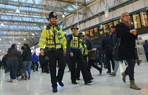 Dos agentes de policía montan guardia en la estación de tren de Waterloo, este martes en Londres.