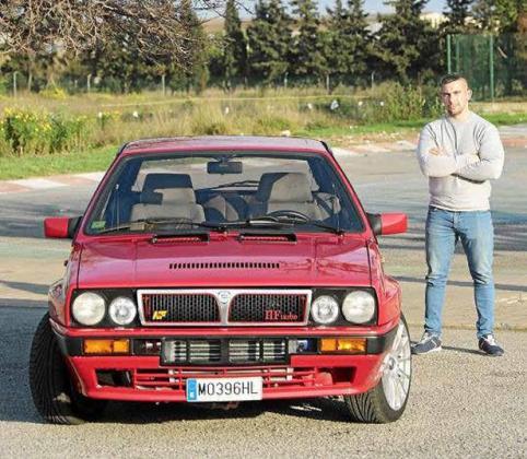 Diego Rodríguez, orgulloso junto a su Lancia Delta Integrale HF de 1987 que compró en 2014.