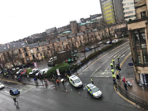 La policía en las afueras de la universidad de Glasgow.