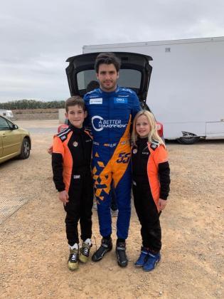 Lucas Fluxá y su hermana Luna, junto a Carlos Sainz Jr.