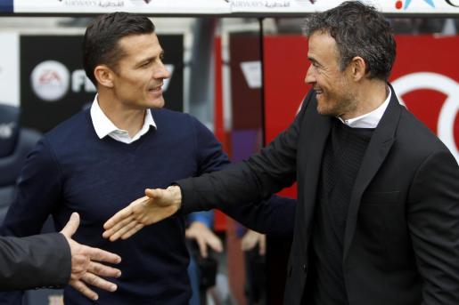 Constantín Galca, a la izquierda, saluda a Luis Enrique durante su etapa como entrenador del Espanyol.