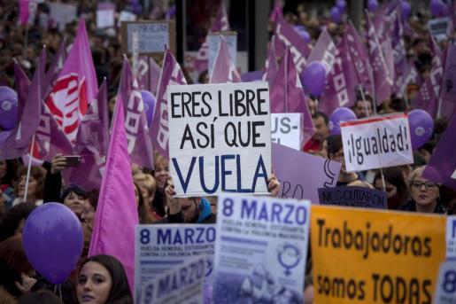 Miles de personas participan en la manifestación convocada con motivo del Día de la Mujer.