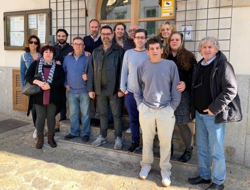 Tomeu Morro con miembros de la Agrupación Socialista de Sencelles.