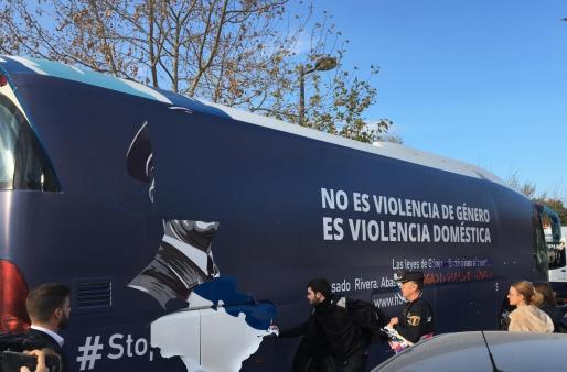 Un grupo de personas arranca los vinilos del autobús de HazteOír en València.      05/03/2019 Un grupo de personas arranca los vinilos del autobús de HazteOír